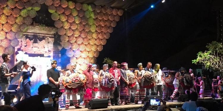 Semua pihak yang memberikan sambutan berkumpul dan sama-sama membunyikan Okokan pada pembukaan Ubud Village Jazz Festival (UVJF) 2019.