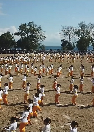 500 Penari Rejang di Nusa Penida