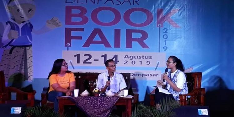 Wulan Dewi Saraswati (kiri) dan penulis novel Luh, Ktut Sugiartha dalam acara Denpasar Book Fair 2019 (foto Putu Supartika)
