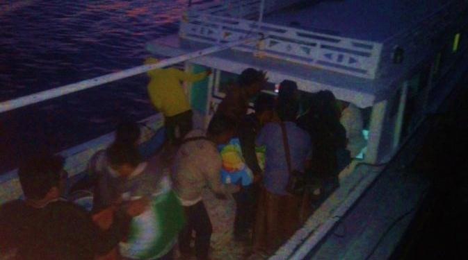 Foto saat jenazah diturunkan dari ambulance ke perahu motor untuk di bawa pulang ke kampung untuk dikebumikan