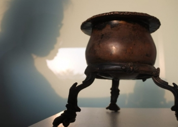Suamba (Śivamba) kuno dari tembaga. Tergolong unik dengan kakinya berjari empat, jari cicak, lambang Pengetahuan Suci, Hyang Saraswati, yang dimuliakan para pandita, bhujangga, rsi dan empu. (Foto: Sugi Lanus)