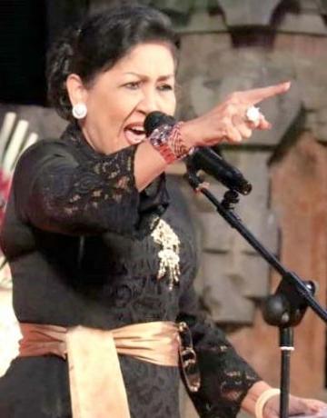 Ny. Putri Koster membaca puisi dalam acara ramah tamah Seminar Internasional Sastra Indonesia di Bali