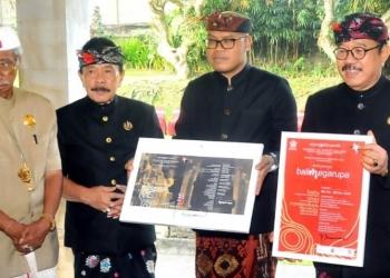 Wagub Bali Tjokorda Dr. Oka Artha Ardhana Sukawati (dari kanan ke kiri), Kepala Dinas Kebudayaan Bali Dr. Wayan Kun Adnyana, pemilik Museum Puri Lukisan Tjokorda Putra Sukawati, dan pemilik Museum Neka Pande Wayan Suteja Neka dalam acara penutupan Pameran Bali Megarupa, Minggu (10/11/2019) sore.