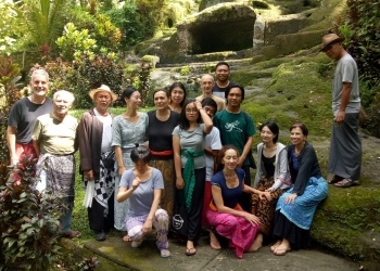 Mbah Prapto (pakai topi, kiri)  di sela-sela latihan bersama penulis di Bali