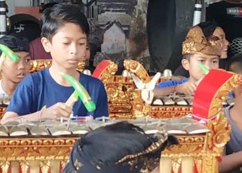 Anak-anak belajar menabuh, salah satu kegiatan yang dirancang dalam APBDes di bidang Pawongan