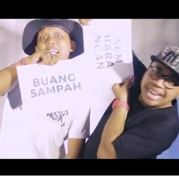Salah satu adegan dalam video klip Lagu Sampah #Akebuleleng