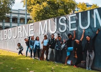 Anak-anak Bumi Bajra berfoto di tembok Melbourne Museum sembali menunggu check-in di Gues House The Nunnery