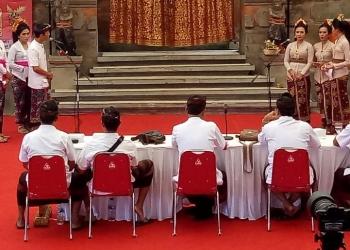 Dua tim sedang berdebat dalam Lomba Debat Mabasa Bali di Taman Budaya Denpasar