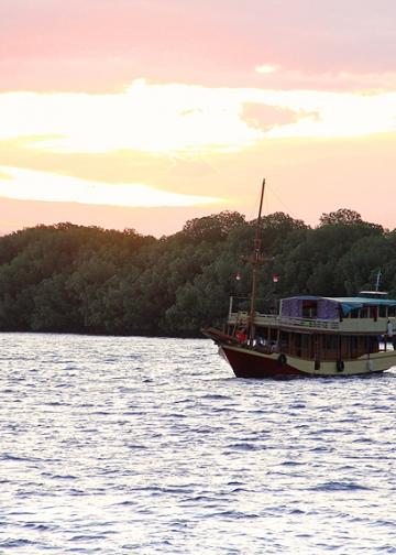 -Mengarungi Perairan Komodo [Foto: IK Gde Subagia]